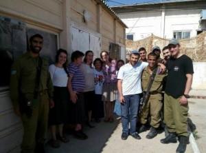 חיילים ובני נוער מתנדבים.צילום באדיבות שלומית ליפשיץ