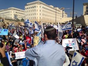 """הפגנה מול בית רוה''מ.צילום: מועצת יש""""ע"""