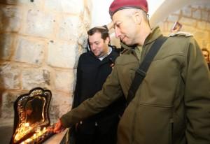 """תא""""ל ליאור כרמלי מדליק נר בקבר יוסף.צילום:מירי צחי."""