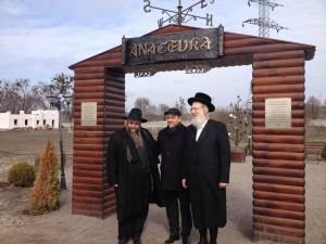 הרב אסמן הרב אייכלר בכניסה לכפר.צילום עמיעד טאוב