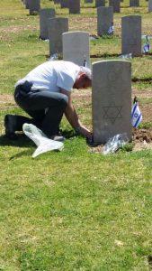 יוגב ועובדי אמנה בבית הקברות.צילום באדיבות עובדי אמנה