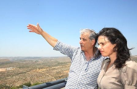 """שקד בסיור בבנימין:  """"הבית היהודי לא תאפשר הקמת דאע""""שסטן"""""""