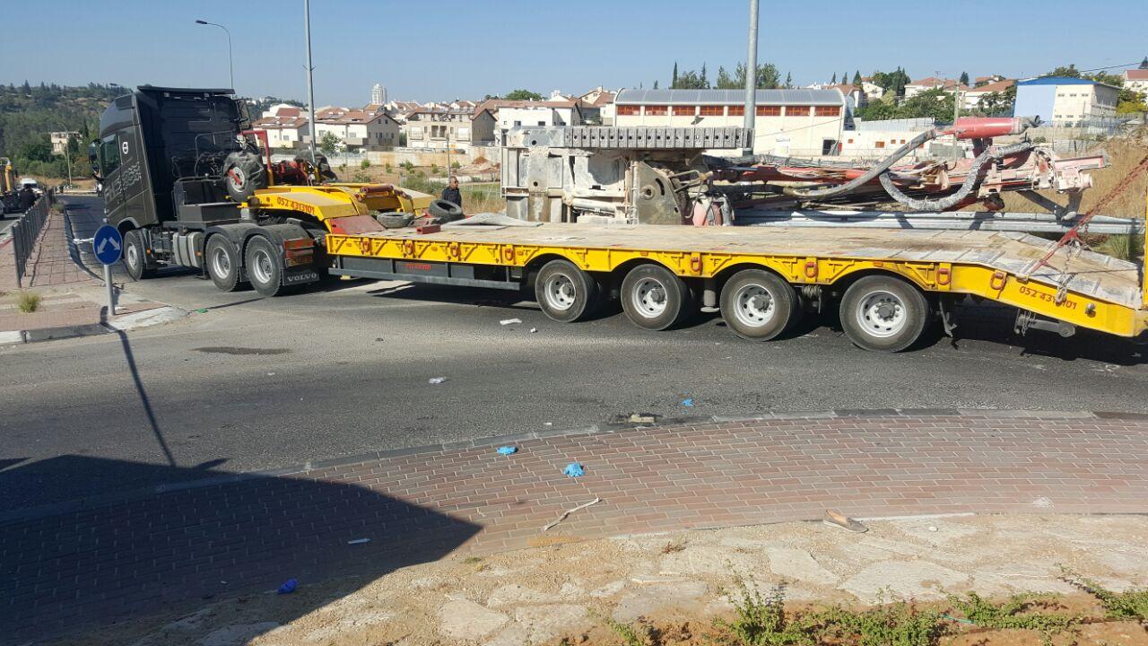 המשאית בכיכר חשמונאים.צילום דוברות המשטרה