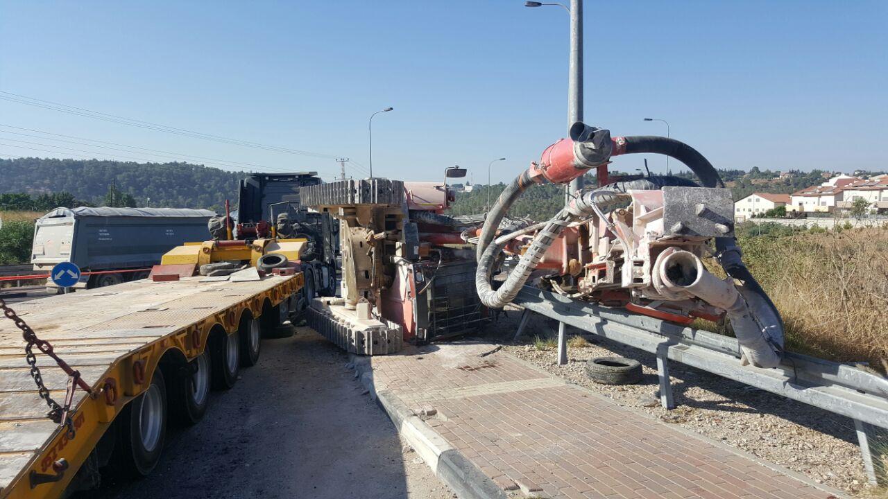 המשאית והמקדחה בכיכר חשמונאים.צילום דוברות המשטרה