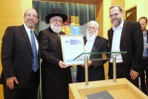 הרב גדעון פרל מקבל את הפרס.צילום גיא טייב