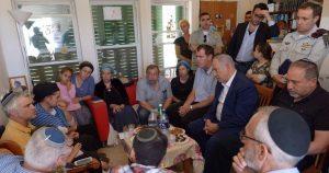 נתניהו ליברמן ואריאל בבית משפחתה של הלל זל .צילום עמוס בן גרשום, לעמ.