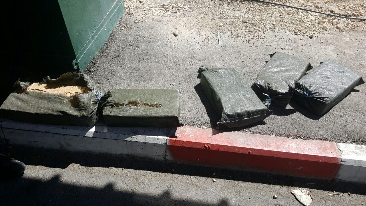 השקים שנתפסו בסמוך למעלה אדומים.צילום דוברות המשטרה