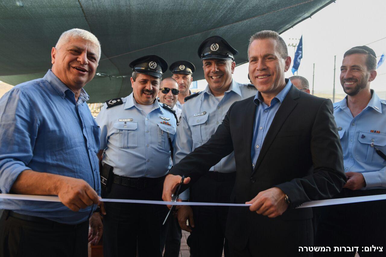 בני כשריאל אלשייך וארדן חונכים את משטרת מעלה אדומים.צילום דוברות משטרת ישראל