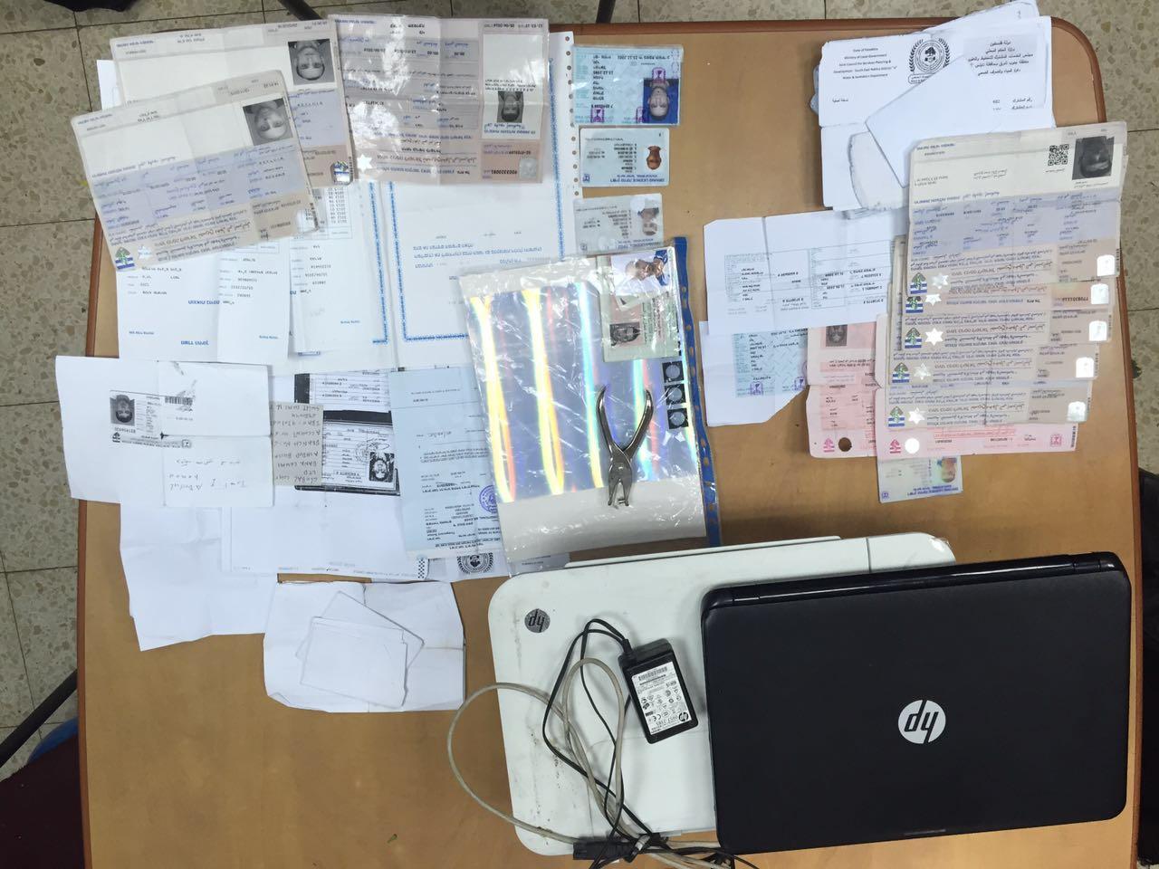 המעבדה לזיוף מסמכים שתפסה המשטרה בכפר עקרבה.צילום דוברות משטרת ישראל.