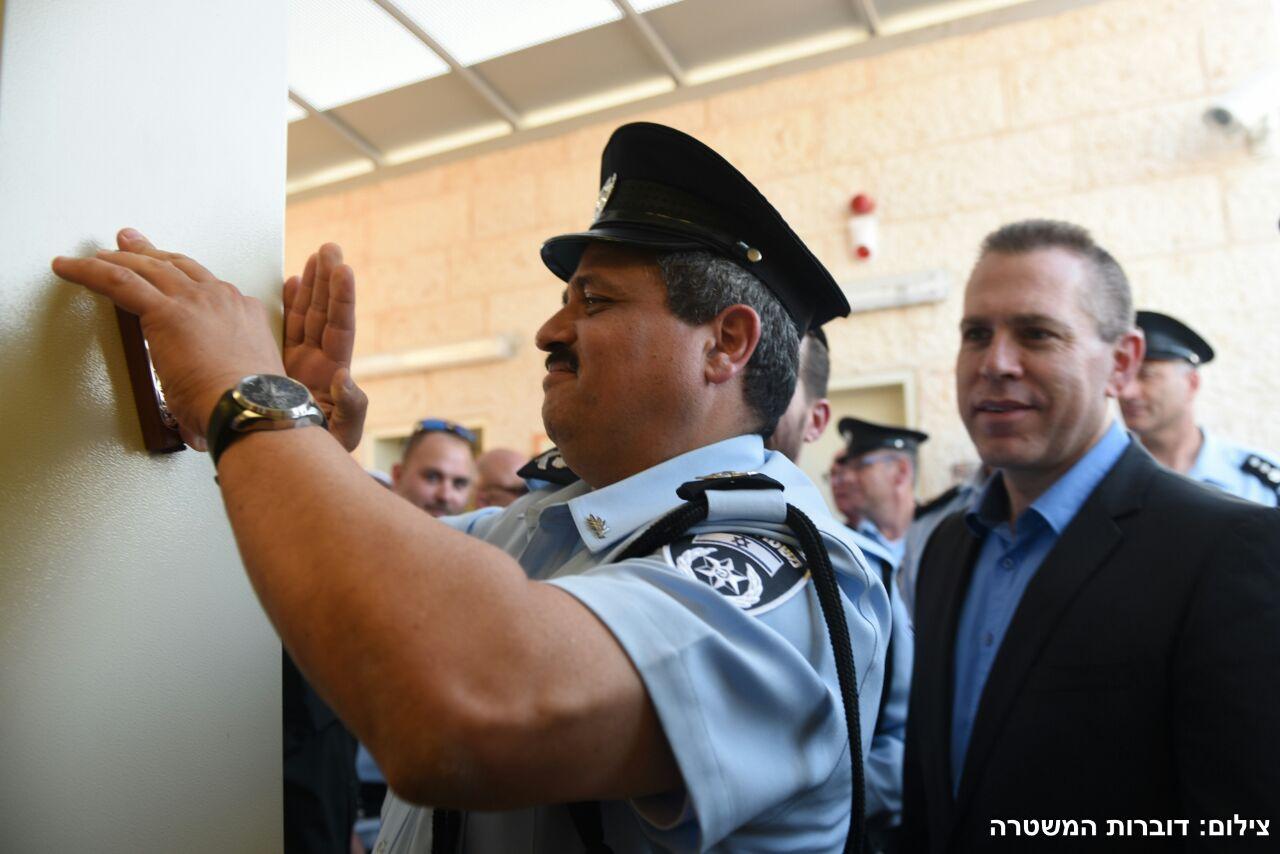 השר לביטחון פנים חכ גלעד ארדן ומפכל המשטרה רנצ רוני אלשייך קובעים מזוזה לתחנת משטרת מעלה אדומים.צילום דוברות המשטרה