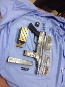 הנשק שנתפס בסמוך לחוצה שומרון. צילום: דוברות המשטרה.