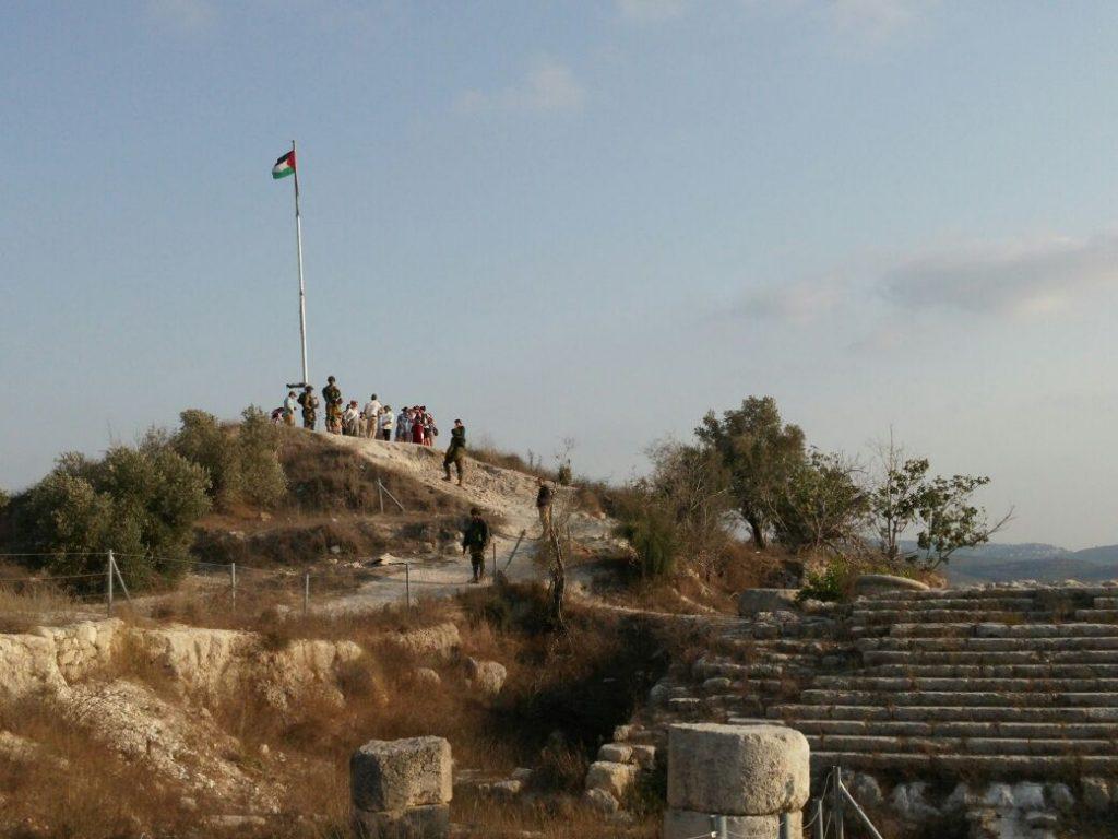 דגל פלסטין הונף מעל הגן הלאומי שומרון העתיקה