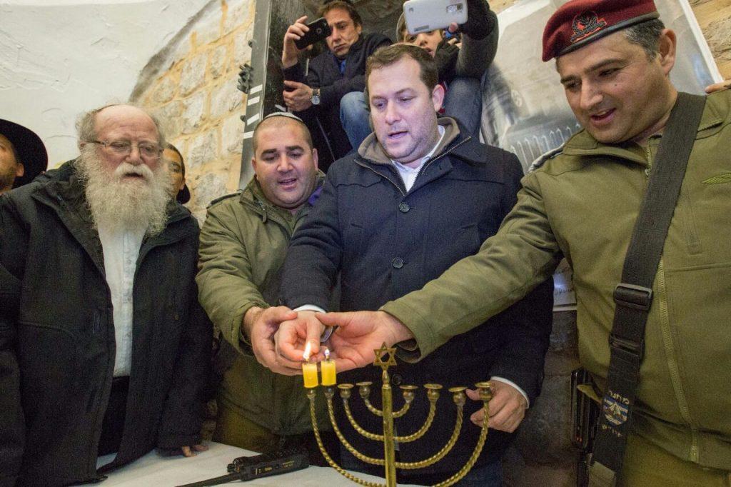 חנוכיית פוזנר מימי עליית הנאצים הודלקה בקבר יוסף