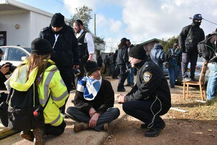 הסתיים פינוי עמונה: 60 שוטרים פצועים, מאות נערים מפונים והתפרעות בבית הכנסת