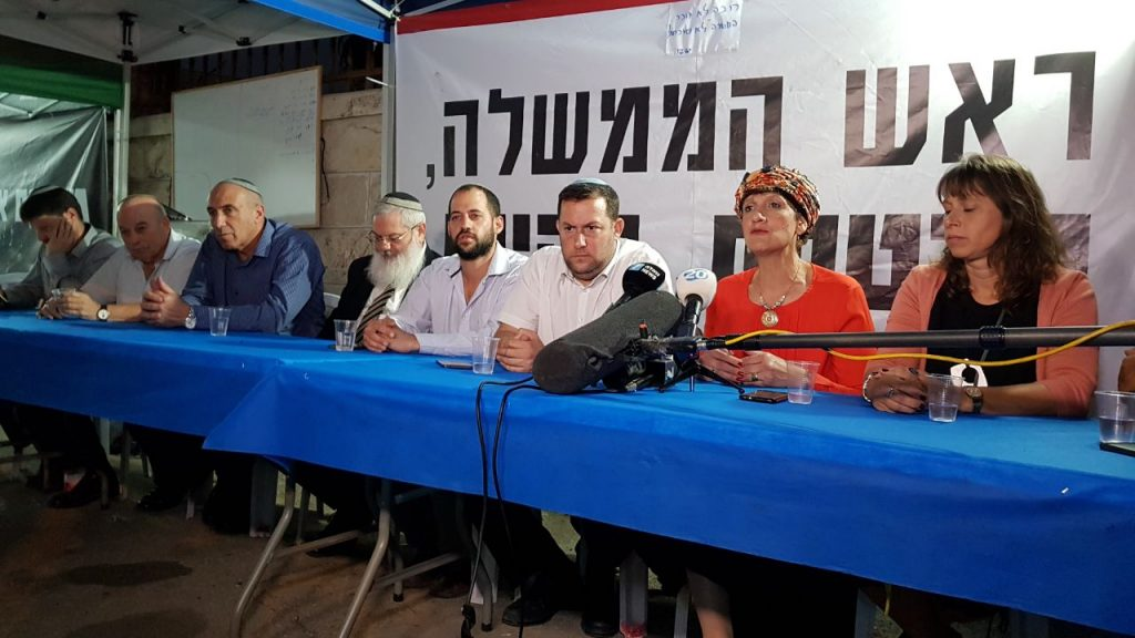 סיעת הבית היהודי באוהל המחאה. לא סומכים על הבטחות ראש הממשלה. מחר יגיעו בנט ושקד