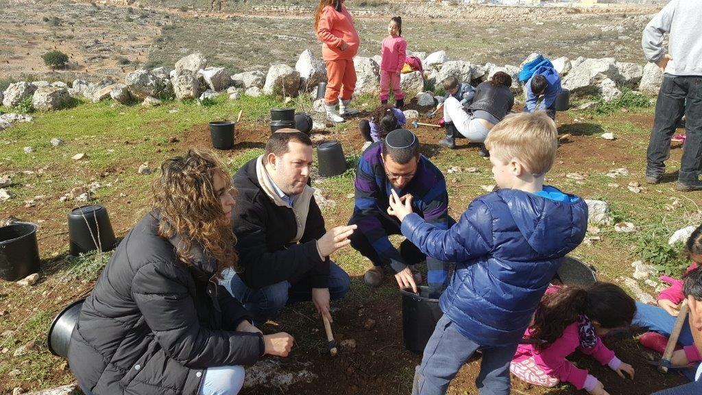 היסטוריה בשומרון: ילדי כיתה א' גילו ממצאים ארכיאולוגים המעידים על התיישבות בשומרון בתקופת האבן