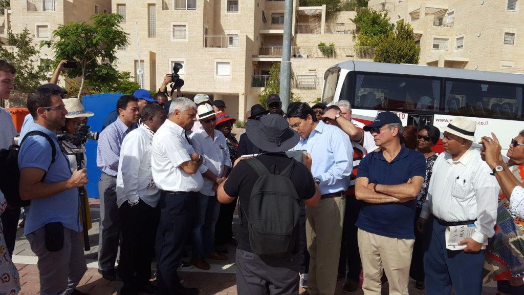 הישג דיפלומטי: שגרירים מ-35 מדינות הגיעו לסיור ותמיכה במעלה אדומים