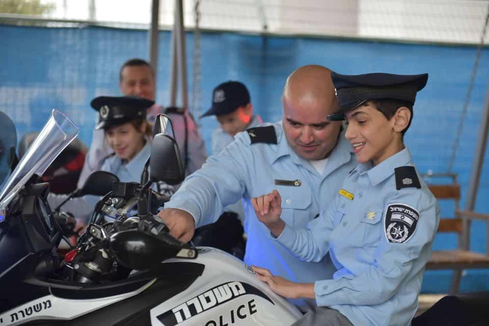 צפו: שוטרים ליום אחד – ניידת המשאלות של המשטרה הגשימה את חלומם של 2 ילדים תושבי בית אריה עופרים