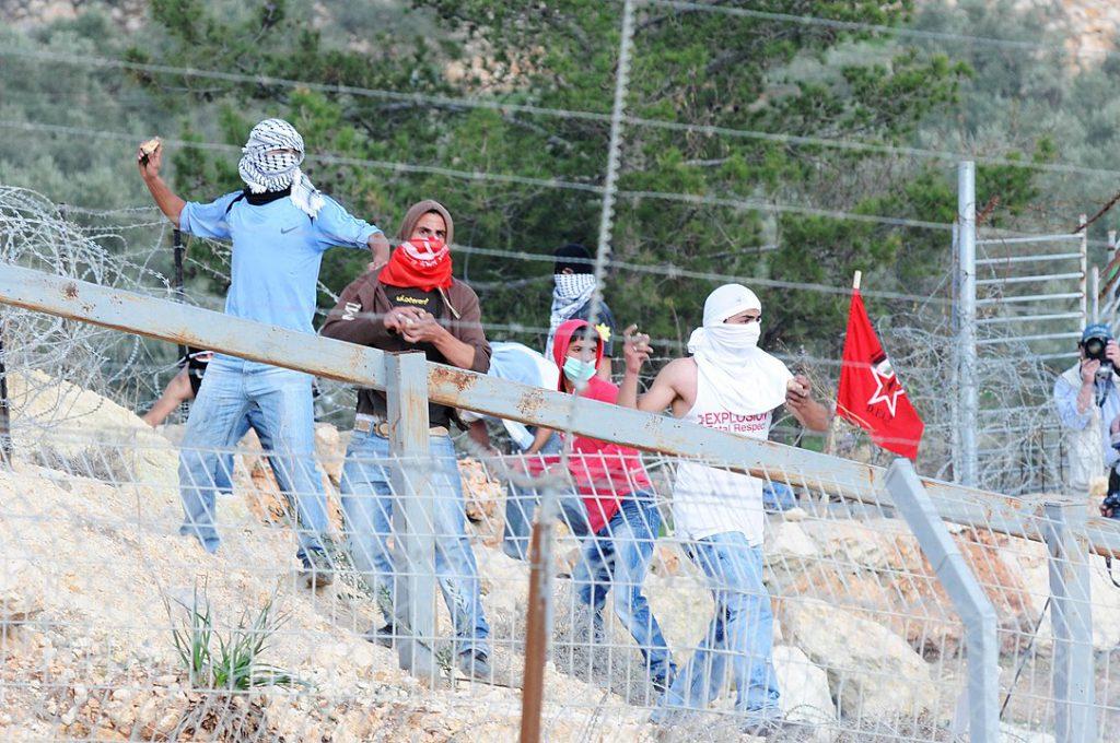 טרור האבנים: שלושה פצועים, חייל הרוג ועשרות אירועים ב-7 ימים