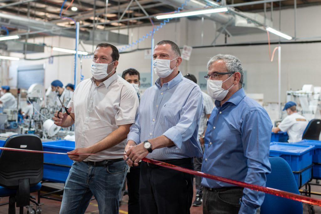 """משומרון לכל העולם: """"סופרגום"""" מברקן חנכה מפעל לייצור 360 מיליון מסיכות פנים"""