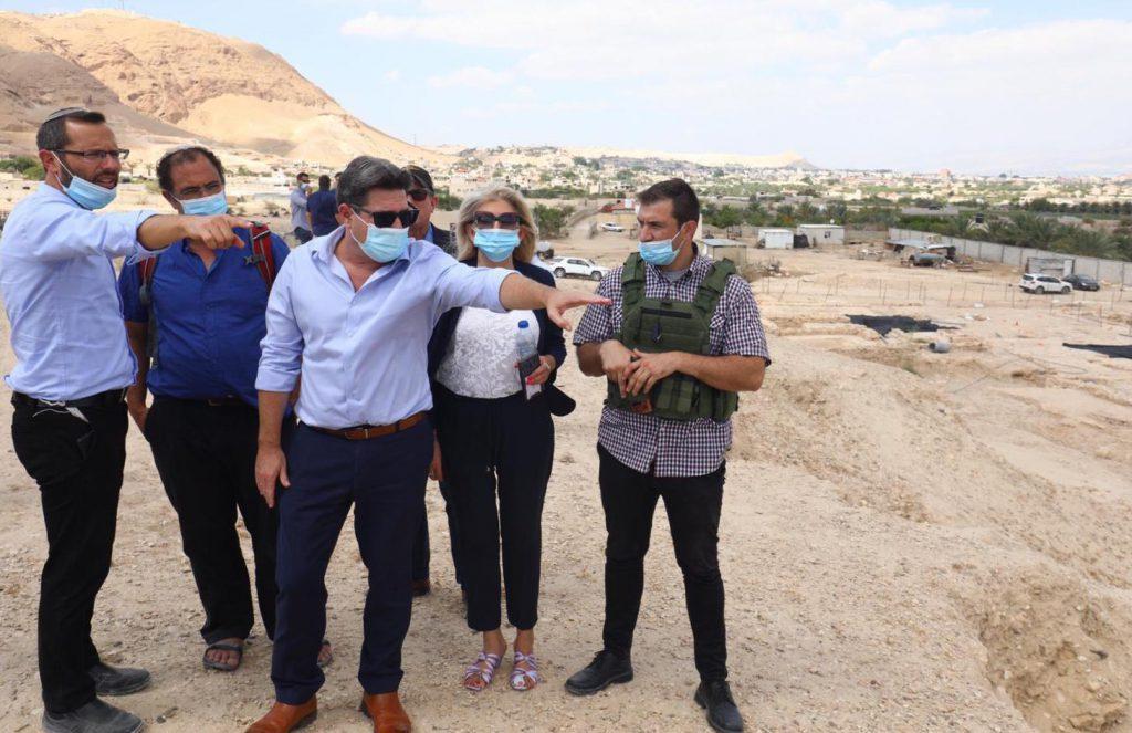 """השר אקוניס בביקור בבנימין: """"מורשתו של עם ישראל עוברת כאן; נקדם ונחזק את האיזור״"""