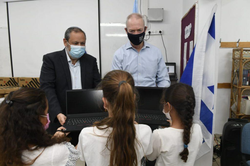כיתה דיגיטלית: החלה חלוקת עשרות מחשבים ניידים לתלמידים במועצה האזורית הר חברון