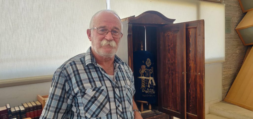 ארון הקודש ששרד את ליל הבדולח ומשמש את מנייני הקורונה בכרמל שבהר חברון