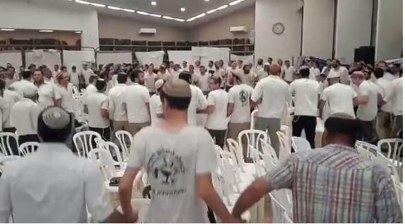 בדמייך חיי: 1,000 תלמידי ישיבה חגגו את יום ירושלים בישיבת איתמר