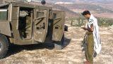 חייל מתפלל ליד האמר בגבעות ג'נין