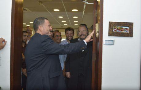 """יו""""ר הכנסת יואל יולי אדלשטיין קבע בלשכתו מזוזה מיוחדת מאבני בנימין"""
