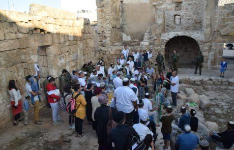 תפילת שחרית חגיגית נערכה בעיירה סמוע הסמוכה ליישובים עתניאל ושמעה