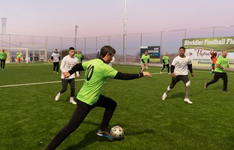 כוכבי נבחרת ישראל המיתולוגיים חנכו את מגרש הכדורגל ברימונים